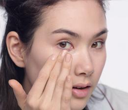 以指尖從眼尾均勻輕點至眼頭,讓保養成份均勻融合