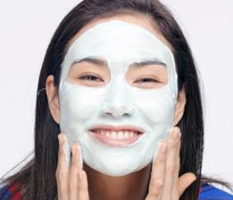 將面膜>均勻塗抹於臉部和頸部肌膚。