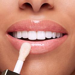 白色彈潤植萃美唇油上妝效果