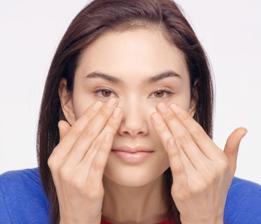 將保養品置於雙手中,使之回溫至肌膚溫度。