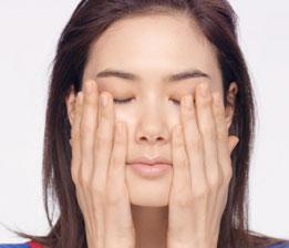 以雙手將精華均勻塗抹在臉部與肩頸肌膚,注意別太用力,能立刻帶來舒適滋潤的感受。