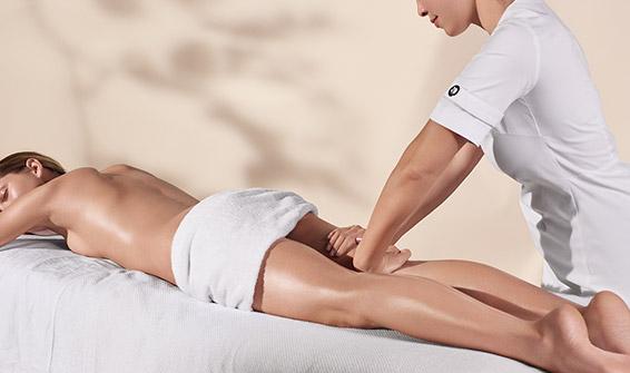 正在提供身體療程的克蘭詩美容師