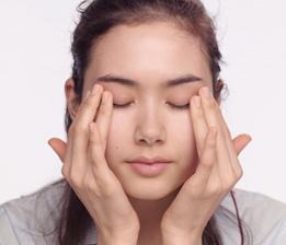 用手指塗抹水凝凍,以排水按摩手法由眼頭按摩至眼尾。