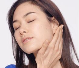雙手以正常力道在肩頸部位均勻擦上保養品,能立刻帶來舒適的感受。