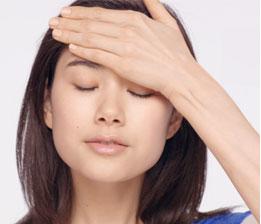 排去肌膚多餘水份,促進循環代謝,使肌膚恢復健康光澤,維持年輕緊緻。臉頰和額頭各3次,肩頸部位5次。