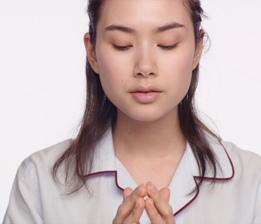 將保養品置於雙手中,使之回溫至肌膚溫度,讓保養品能立即發揮效果。